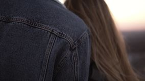 Couples affectueux tenant des mains ensemble et embrassant tout en se tenant sur le haut toit de construction et observant le cou banque de vidéos