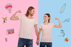 Couples affectueux tenant des mains et souriant tout en montrant leurs muscles Image libre de droits