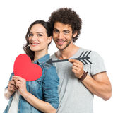 Couples affectueux tenant la flèche et le coeur Photo stock