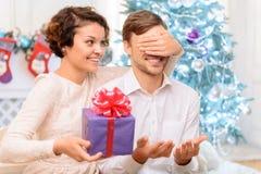 Couples affectueux tenant le présent Photographie stock