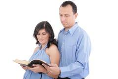 Couples affichant la bible Image stock