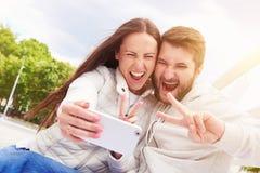 Couples affichant le signe de paix Photos libres de droits
