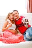 Couples affichant leur sonogram d'enfant à venir Image libre de droits