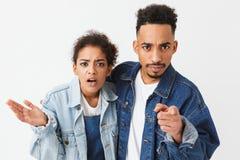 Couples africains confus sérieux dans des chemises de denim Photos libres de droits