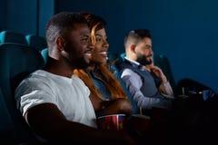 Couples africains heureux au cinéma Photos libres de droits