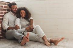 Couples afro-américains heureux Images stock