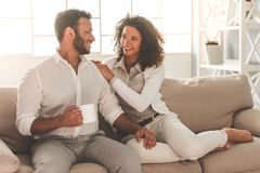 Couples afro-américains heureux Image stock