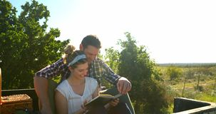 Couples agissant l'un sur l'autre les uns avec les autres tandis que livres de lecture 4k banque de vidéos
