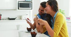 Couples agissant l'un sur l'autre les uns avec les autres tout en à l'aide du téléphone portable banque de vidéos