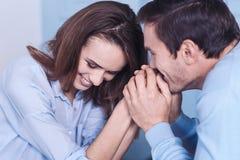 Couples agréables avec plaisir étant dans l'amour Images libres de droits
