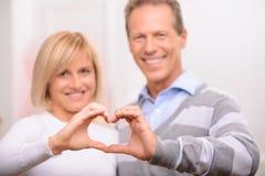 Couples agréables célébrant le Saint Valentin de St Photo stock