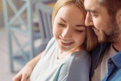 Couples agréables collant entre eux Photos stock
