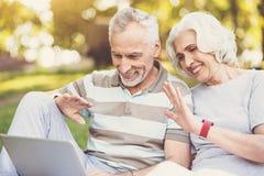 Couples agréables gentils faisant un appel de distance Image libre de droits