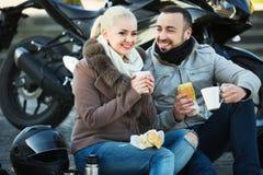 Couples agréables heureux ayant le pique-nique avec du café Image libre de droits