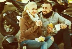 Couples agréables heureux ayant le pique-nique avec du café Photographie stock libre de droits
