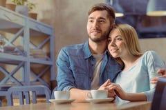 Couples agréables se reposant à la table Photos stock