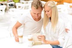 Couples agréables se reposant dans le café Photographie stock