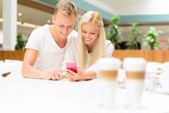 Couples agréables se reposant dans le café Photos libres de droits