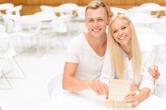 Couples agréables se reposant dans le café Image stock