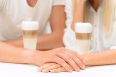 Couples agréables se reposant dans le café v Photo stock