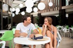Couples aimés ayant la date en café Images libres de droits