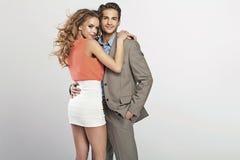 Couples aimés en étreignant la pose Images stock