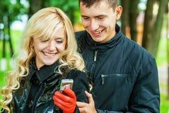 Couples aimés SMS de lecture Photo stock