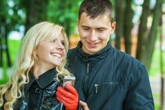 Couples aimés SMS de lecture Images stock