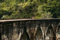 Couples aimants étreignant sur le pont Type et fille voyageant autour de l'Asie Le couple voyage à Sri Lanka Homme et femme dans image libre de droits