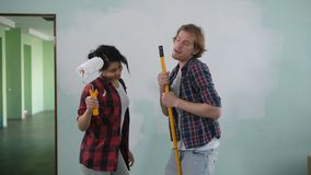 Couples aimants ayant l'amusement tout en rénovant la maison banque de vidéos