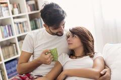 Couples aimants caressant après s'être réveillé images stock
