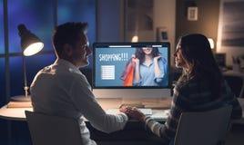 Couples aimants faisant des achats en ligne photos stock