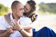 Couples aimants sur la plage dans étreindre de sable Le concept de l'amour et une date en mer photos libres de droits