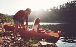 Couples allant pour kayaking dans le lac Images libres de droits