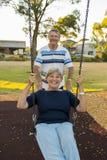 Couples américains supérieurs espiègles et heureux autour de 70 années d'enj Images libres de droits