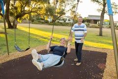 Couples américains supérieurs espiègles et heureux autour de 70 années d'enj Photographie stock libre de droits