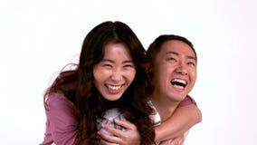 Couples amoureux appréciant sur le dos la conduite banque de vidéos