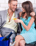 Couples amoureux célébrant ensemble Photo stock