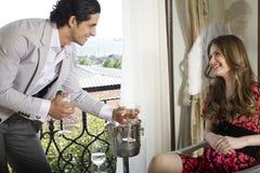 Couples amoureux heureux célébrant avec du vin Photo libre de droits