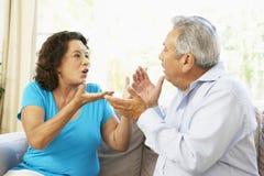 Couples aînés ayant l'argument à la maison Images stock