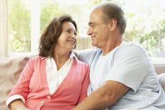 Couples aînés détendant à la maison Image stock