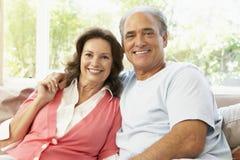 Couples aînés détendant à la maison Photographie stock