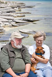 Couples aînés retenant un dachshund Photo stock