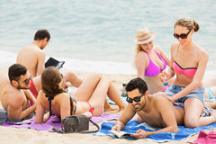 Couples appliquant la lotion de bronzage Photographie stock