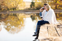 Couples appréciant à l'extérieur image libre de droits