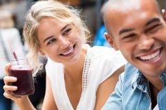 Couples appréciant dans le café Photos stock