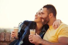 Couples appréciant dehors Photographie stock libre de droits