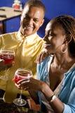 Couples appréciant des boissons dans le restaurant Image stock