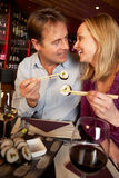 Couples appréciant des sushi dans le restaurant Image libre de droits