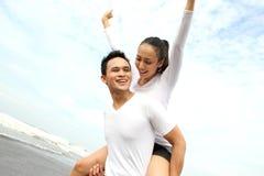 Couples appréciant des vacances d'été Photos libres de droits